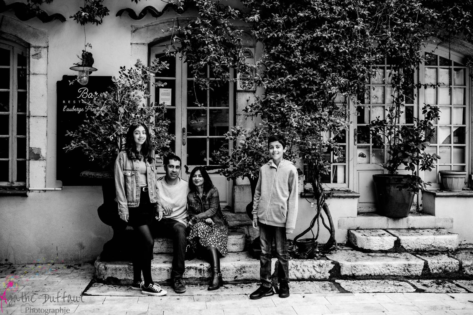 Nadège et sa famille dans les ruelles de la Colle sur Loup